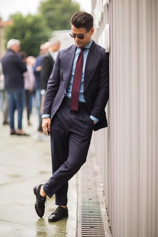 dunkelblauer vertikal gestreifter Anzug, hellblaues Businesshemd,  dunkelbraune Leder Brogues, dunkelrote Strick Krawatte für Herren    Herrenmode b0c05bb850