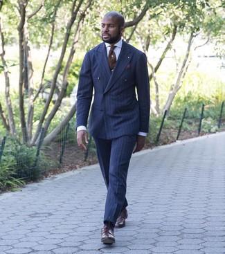 dunkelblauer vertikal gestreifter Anzug, hellblaues vertikal gestreiftes  Businesshemd, dunkelrote Leder Derby Schuhe, braune Krawatte für Herren    ... 1c91c0b2fc