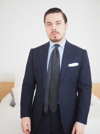 Wie kombinieren: dunkelblauer vertikal gestreifter Anzug, hellblaues vertikal gestreiftes Businesshemd, dunkelgraue Krawatte, weißes Einstecktuch
