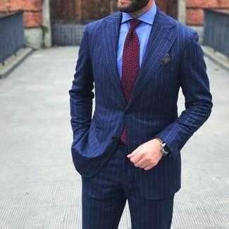 Dunkelblauer vertikal gestreifter Anzug, Hellblaues Businesshemd, Rote bedruckte Krawatte, Graues Einstecktuch für Herren