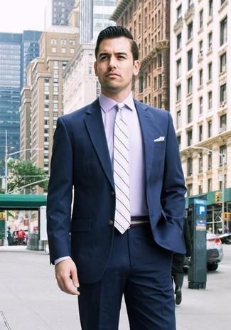 Wie kombinieren: dunkelblauer Anzug, hellviolettes Businesshemd, hellviolette horizontal gestreifte Krawatte, weißes gepunktetes Einstecktuch
