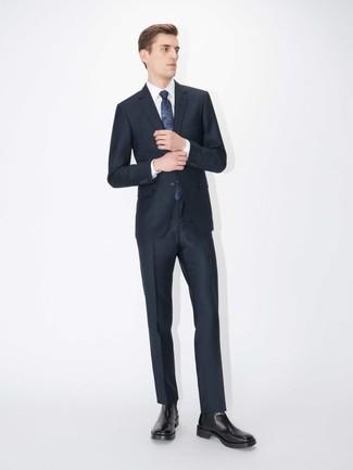 Wie kombinieren: dunkelblauer Anzug, weißes Businesshemd, schwarze Chelsea-Stiefel aus Leder, dunkelblaue bedruckte Krawatte