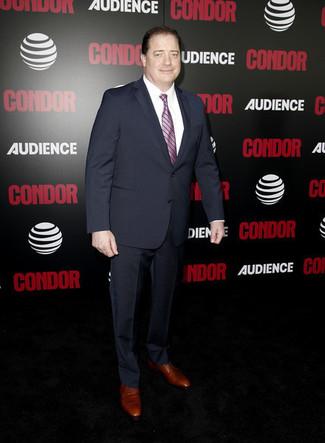Wie kombinieren: dunkelblauer Anzug, weißes Businesshemd, braune Leder Derby Schuhe, rosa vertikal gestreifte Krawatte