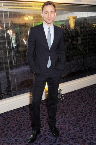 Wie kombinieren: dunkelblauer Anzug mit Karomuster, weißes Businesshemd, schwarze Leder Derby Schuhe, hellblaue Krawatte mit Karomuster