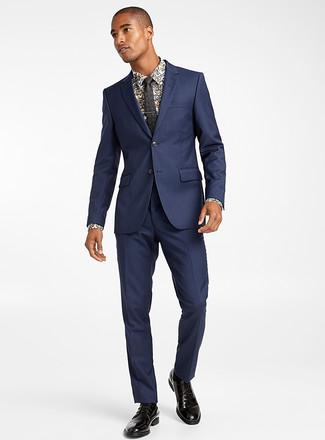Wie kombinieren: dunkelblauer Anzug, weißes Businesshemd mit Blumenmuster, schwarze Leder Derby Schuhe, schwarze Krawatte mit Blumenmuster