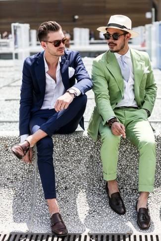 Kombinieren Sie einen dunkelblauen Anzug mit einem weißen Businesshemd für einen stilvollen, eleganten Look. Fühlen Sie sich ideenreich? Vervollständigen Sie Ihr Outfit mit dunkelbraunen doppelmonks aus leder.