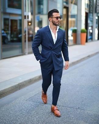 Dunkelblaue Sonnenbrille kombinieren – 753+ Herren Outfits: Kombinieren Sie einen dunkelblauen vertikal gestreiften Anzug mit einer dunkelblauen Sonnenbrille für einen bequemen Alltags-Look. Fühlen Sie sich mutig? Entscheiden Sie sich für rotbraunen Doppelmonks aus Leder.