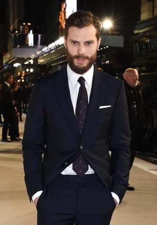 Jamie Dornan trägt Dunkelblauer Anzug, Weißes Businesshemd, Dunkelblaue gepunktete Krawatte, Weißes Einstecktuch