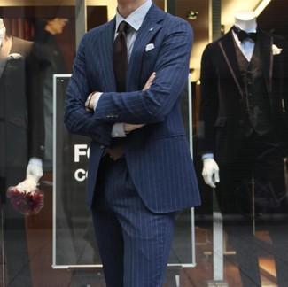 Wie kombinieren: dunkelblauer vertikal gestreifter Anzug, weißes vertikal gestreiftes Businesshemd, dunkelbraune Krawatte, weißes Einstecktuch