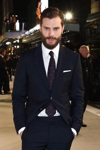 Jamie Dornan trägt Dunkelblauer Anzug, Weißes Businesshemd, Dunkellila bedruckte Krawatte, Weißes Einstecktuch