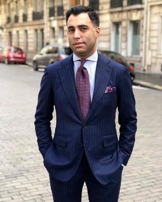 Wie kombinieren: dunkelblauer vertikal gestreifter Anzug, weißes vertikal gestreiftes Businesshemd, lila bedruckte Krawatte, lila Einstecktuch