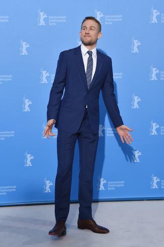 Wie kombinieren: dunkelblauer Anzug, weißes Businesshemd, dunkelbraune Leder Oxford Schuhe, dunkelblaue vertikal gestreifte Krawatte