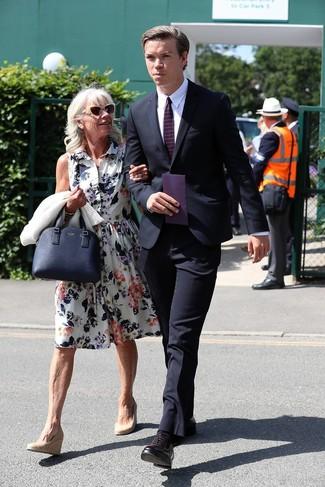 Wie kombinieren: dunkelblauer Anzug, weißes Businesshemd, dunkellila Leder Oxford Schuhe, dunkelblaue horizontal gestreifte Krawatte