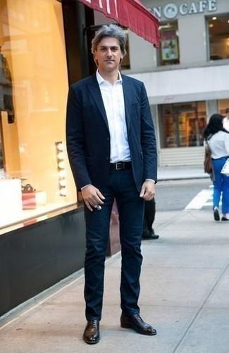 Schwarze Leder Oxford Schuhe kombinieren: trends 2020: Vereinigen Sie einen dunkelblauen Anzug mit einem weißen Businesshemd für einen stilvollen, eleganten Look. Vervollständigen Sie Ihr Look mit schwarzen Leder Oxford Schuhen.
