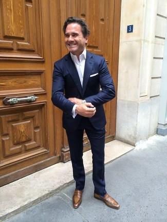 Wie kombinieren: dunkelblauer Anzug, weißes Businesshemd, braune Leder Slipper, weißes Einstecktuch