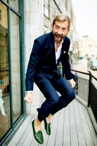 Herren Outfits & Modetrends: Paaren Sie einen dunkelblauen Anzug mit einem weißen Businesshemd, um vor Klasse und Perfektion zu strotzen. Fühlen Sie sich ideenreich? Wählen Sie dunkelgrünen Leder Slipper.