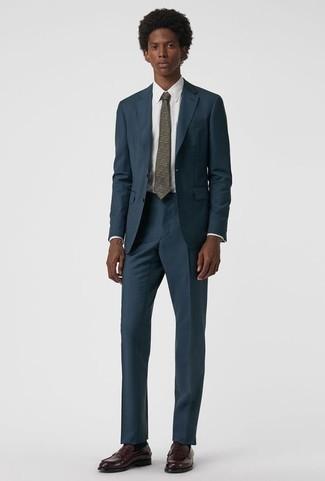 Dunkelrote Leder Slipper kombinieren: trends 2020: Kombinieren Sie einen dunkelblauen Anzug mit einem weißen Businesshemd für eine klassischen und verfeinerte Silhouette. Fühlen Sie sich mutig? Entscheiden Sie sich für dunkelroten Leder Slipper.