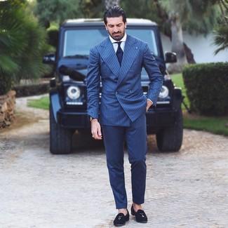 Wie kombinieren: dunkelblauer vertikal gestreifter Anzug, weißes Businesshemd, schwarze Wildleder Slipper mit Quasten, dunkelblaue Krawatte