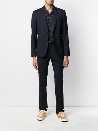 Wie kombinieren: dunkelblauer Anzug, schwarzes bedrucktes Kurzarmhemd, orange Segeltuch niedrige Sneakers, schwarzer Ledergürtel