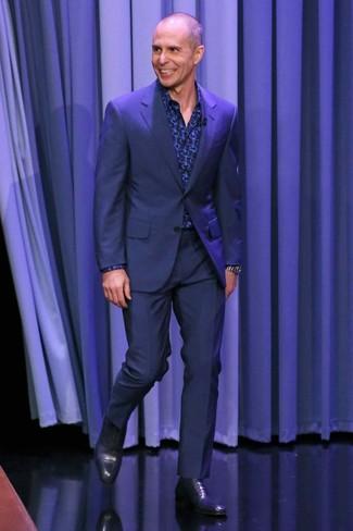 Wie kombinieren: dunkelblauer Anzug, dunkelblaues bedrucktes Langarmhemd, dunkelblaue Leder Oxford Schuhe, silberne Uhr