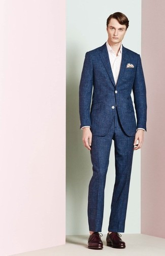 Wie kombinieren: dunkelblauer Anzug, rosa Langarmhemd, dunkellila Leder Derby Schuhe, hellbeige bedrucktes Einstecktuch
