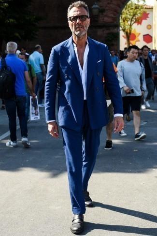 Dunkelblauen Anzug kombinieren: trends 2020: Paaren Sie einen dunkelblauen Anzug mit einem weißen Langarmhemd für eine klassischen und verfeinerte Silhouette. Schwarze Monks aus Leder sind eine perfekte Wahl, um dieses Outfit zu vervollständigen.