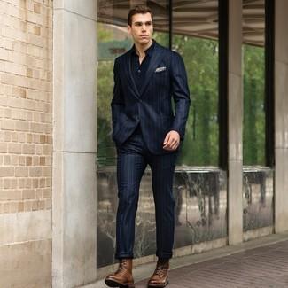 Wie kombinieren: dunkelblauer vertikal gestreifter Anzug, dunkelblaues Polohemd, braune Lederfreizeitstiefel, hellbeige bedrucktes Einstecktuch