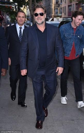 Wie kombinieren: dunkelblauer Anzug, dunkelblaues Polohemd, dunkelbraune Leder Slipper, schwarze Sonnenbrille