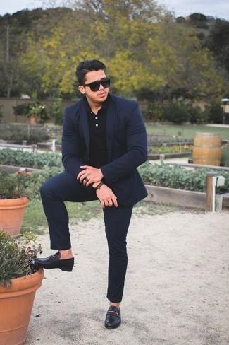 Schwarze Leder Slipper kombinieren: trends 2020: Erwägen Sie das Tragen von einem dunkelblauen Anzug und einem schwarzen Polohemd für Ihren Bürojob. Putzen Sie Ihr Outfit mit schwarzen Leder Slippern.