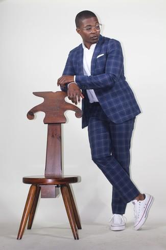 Wie kombinieren: dunkelblauer Anzug mit Schottenmuster, weißes Polohemd, weiße Segeltuch niedrige Sneakers, weißes Einstecktuch