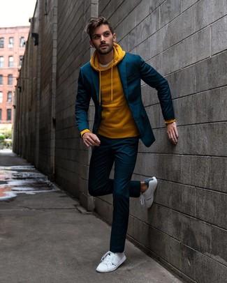 Wie kombinieren: dunkelblauer Anzug, senf Pullover mit einem Kapuze, weißes T-Shirt mit einem Rundhalsausschnitt, weiße Leder niedrige Sneakers