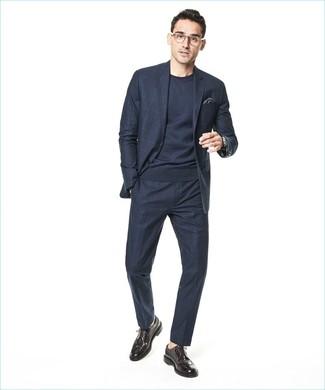 Wie kombinieren: dunkelblauer Anzug mit Karomuster, dunkelblauer Pullover mit einem Rundhalsausschnitt, dunkelbraune Leder Brogues, dunkelgraues Einstecktuch