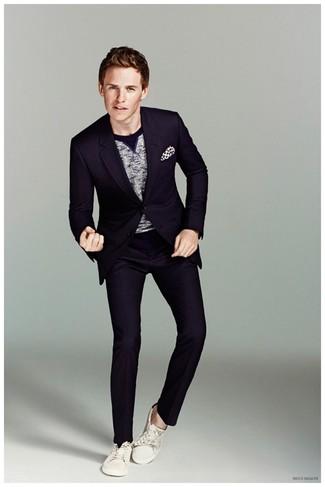 Wie kombinieren: dunkelblauer Anzug, grauer Pullover mit einem Rundhalsausschnitt, weiße Segeltuch niedrige Sneakers, weißes und schwarzes gepunktetes Einstecktuch