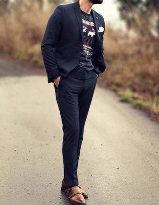 Wie kombinieren: dunkelblauer Anzug, schwarzer Pullover mit einem Rundhalsausschnitt mit Fair Isle-Muster, braune Doppelmonks aus Leder, weißes Einstecktuch