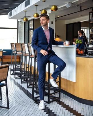 Wie kombinieren: dunkelblauer Anzug mit Karomuster, rosa Pullunder, weißes Langarmhemd, weiße Leder niedrige Sneakers