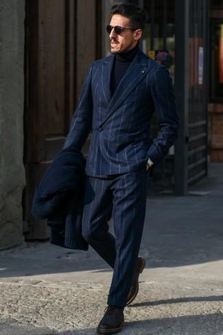 Dunkelbraune Brogue Stiefel aus Leder kombinieren: trends 2020: Tragen Sie einen dunkelblauen vertikal gestreiften Wollanzug und einen dunkelblauen Rollkragenpullover, um einen eleganten, aber nicht zu festlichen Look zu kreieren. Ergänzen Sie Ihr Look mit dunkelbraunen Brogue Stiefeln aus Leder.