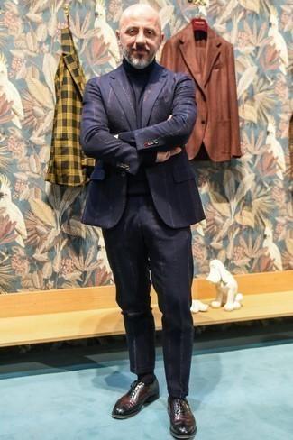 Dunkelblaue Socken kombinieren: trends 2020: Kombinieren Sie einen dunkelblauen vertikal gestreiften Anzug mit dunkelblauen Socken, um mühelos alles zu meistern, was auch immer der Tag bringen mag. Fühlen Sie sich ideenreich? Entscheiden Sie sich für dunkelroten Leder Brogues.