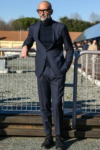 Schwarzen Rollkragenpullover kombinieren: trends 2020: Die Paarung aus einem schwarzen Rollkragenpullover und einem dunkelblauen vertikal gestreiften Anzug ist eine großartige Wahl für einen Tag im Büro. Vervollständigen Sie Ihr Look mit schwarzen Leder Brogues.