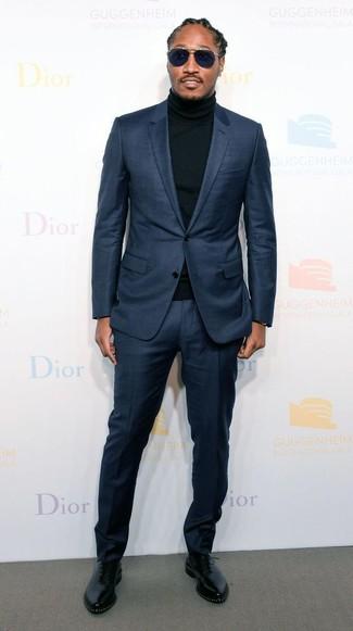 Wie kombinieren: dunkelblauer Anzug, schwarzer Rollkragenpullover, schwarze Leder Oxford Schuhe, dunkelblaue Sonnenbrille