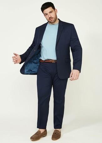 Braune Wildleder Slipper mit Quasten kombinieren: trends 2020: Kombinieren Sie einen dunkelblauen Anzug mit einem hellblauen T-Shirt mit einem Rundhalsausschnitt, um einen eleganten, aber nicht zu festlichen Look zu kreieren. Machen Sie Ihr Outfit mit braunen Wildleder Slippern mit Quasten eleganter.