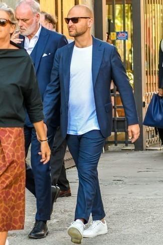 Weiße Leder niedrige Sneakers kombinieren: Smart-Casual-Outfits für Sommer: trends 2020: Kombinieren Sie einen dunkelblauen Anzug mit einem weißen T-Shirt mit einem Rundhalsausschnitt für Ihren Bürojob. Wenn Sie nicht durch und durch formal auftreten möchten, entscheiden Sie sich für weißen Leder niedrige Sneakers. Dieses Outfit ist super für den Sommer geeignet.