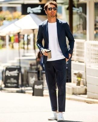 Weiße Leder niedrige Sneakers kombinieren – 500+ Herren Outfits: Tragen Sie einen dunkelblauen Anzug und ein weißes T-Shirt mit einem Rundhalsausschnitt für einen für die Arbeit geeigneten Look. Fühlen Sie sich mutig? Entscheiden Sie sich für weißen Leder niedrige Sneakers.