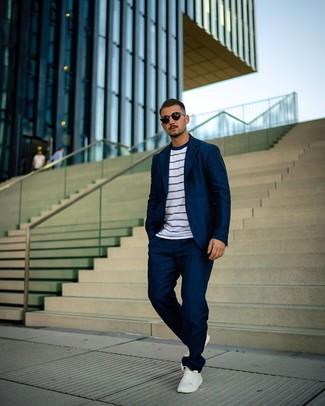 Wie kombinieren: dunkelblauer Anzug, weißes und dunkelblaues horizontal gestreiftes T-Shirt mit einem Rundhalsausschnitt, weiße Leder niedrige Sneakers, schwarze Sonnenbrille