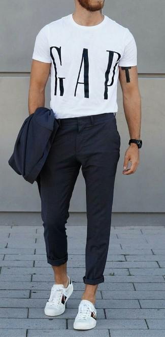 Wie kombinieren: dunkelblauer Anzug, weißes und schwarzes bedrucktes T-Shirt mit einem Rundhalsausschnitt, weiße Leder niedrige Sneakers, schwarze Uhr