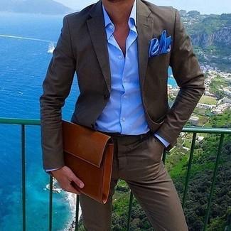 Wie kombinieren: dunkelbrauner Anzug, blaues Businesshemd, rotbraune Leder Clutch Handtasche, blaues Einstecktuch