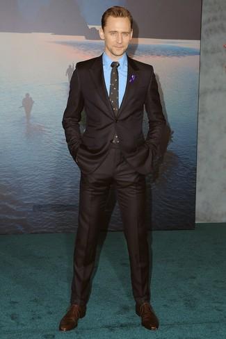Wie kombinieren: dunkelbrauner Anzug, blaues Businesshemd, dunkelbraune Leder Oxford Schuhe, schwarze Krawatte mit Blumenmuster