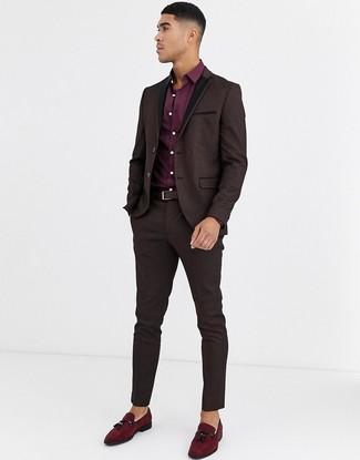 Wie kombinieren: dunkelbrauner Anzug aus Brokat, dunkelrotes Businesshemd, dunkelrote Wildleder Slipper mit Quasten, dunkelbrauner Ledergürtel