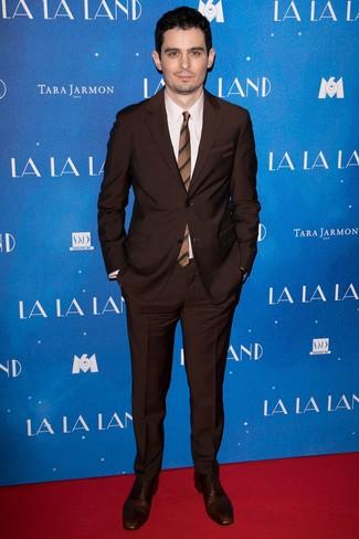 Wie kombinieren: dunkelbrauner Anzug, hellbeige Businesshemd, dunkelbraune Leder Oxford Schuhe, braune horizontal gestreifte Krawatte