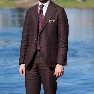 Wie kombinieren: dunkelbrauner Anzug, weißes Businesshemd, rote und dunkelblaue bedruckte Krawatte, hellbeige bedrucktes Einstecktuch