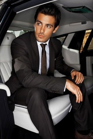 Wie kombinieren: dunkelbrauner Anzug, weißes Businesshemd, dunkelbraune Leder Oxford Schuhe, dunkelbraune Krawatte